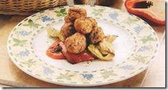 Albóndigas de carne con verduras asadas a la parrilla. Receta | cocinamuyfacil.com