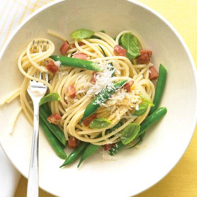 Espagueti con tocino, ejotes y albahaca