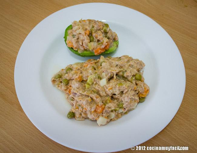 Aguacates rellenos de ensalada de Atún. Receta | cocinamuyfacil.com