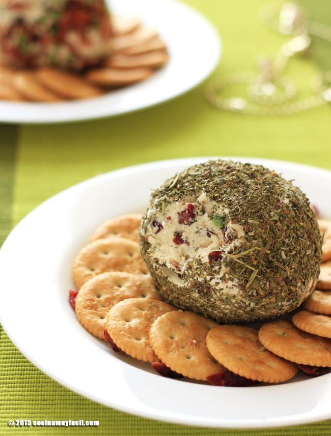 Bola de queso, arándanos y hierbas italianas. Receta de Navidad | cocinamuyfacil.com