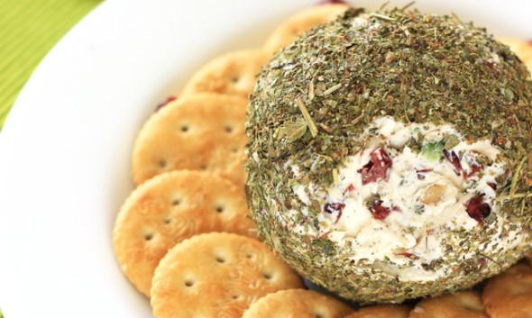 Bola de queso y arándanos. Receta de Navidad | cocinamuyfacil.com