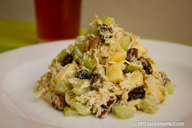 Ensalada de pollo con apio, manzana y nuez. Receta | cocinamuyfacil.com