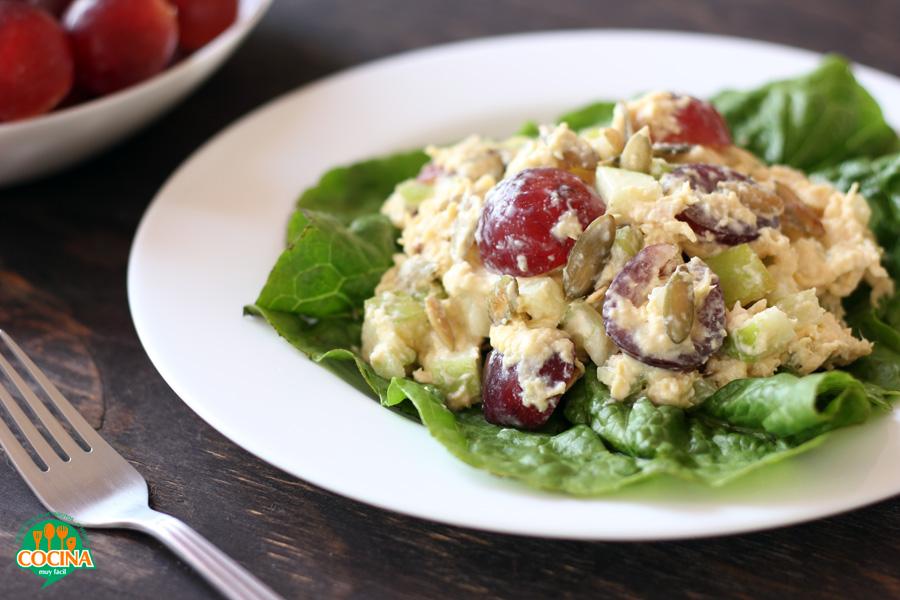 Ensalada de pollo, manzana y uvas rojas. Receta | cocinamuyfacil.com