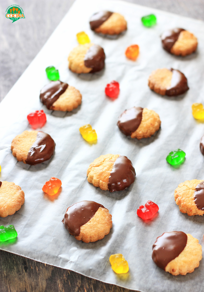 Galletas de limón bañadas en chocolate. Receta | cocinamuyfacil.com