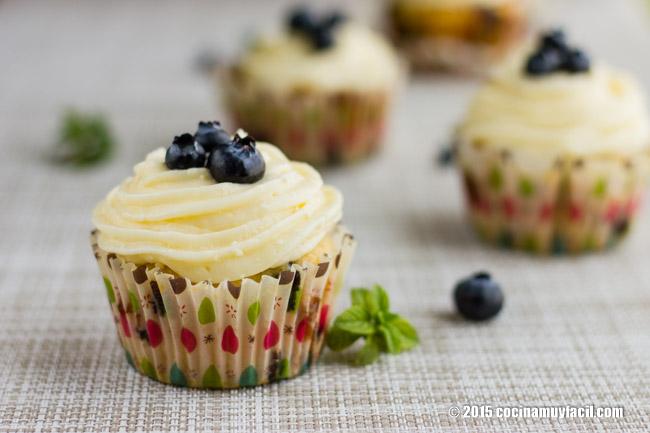Cupcakes de arándanos. Receta | cocinamuyfacil.com