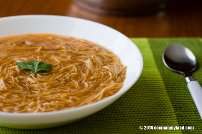 Sopa de fideo. Receta | cocinamuyfacil.com