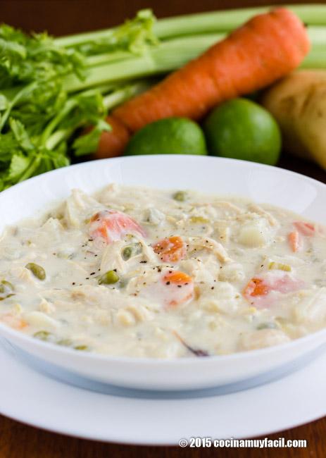 Sopa cremosa de pollo con vegetales. Receta