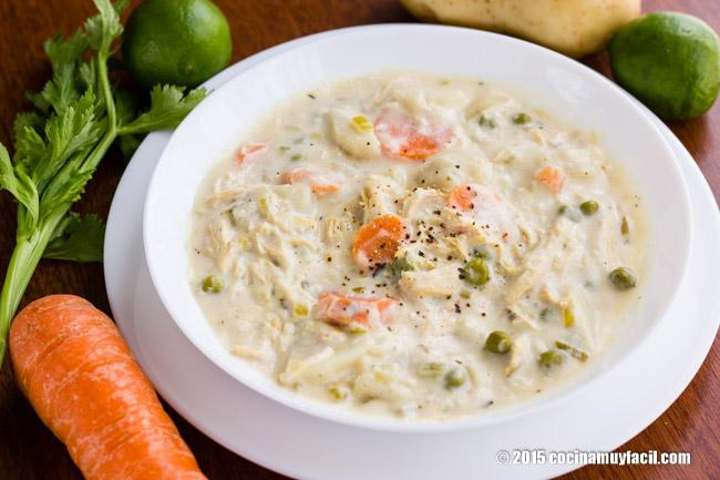 Sopa cremosa de pollo con vegetales. Receta  | cocinamuyfacil.com