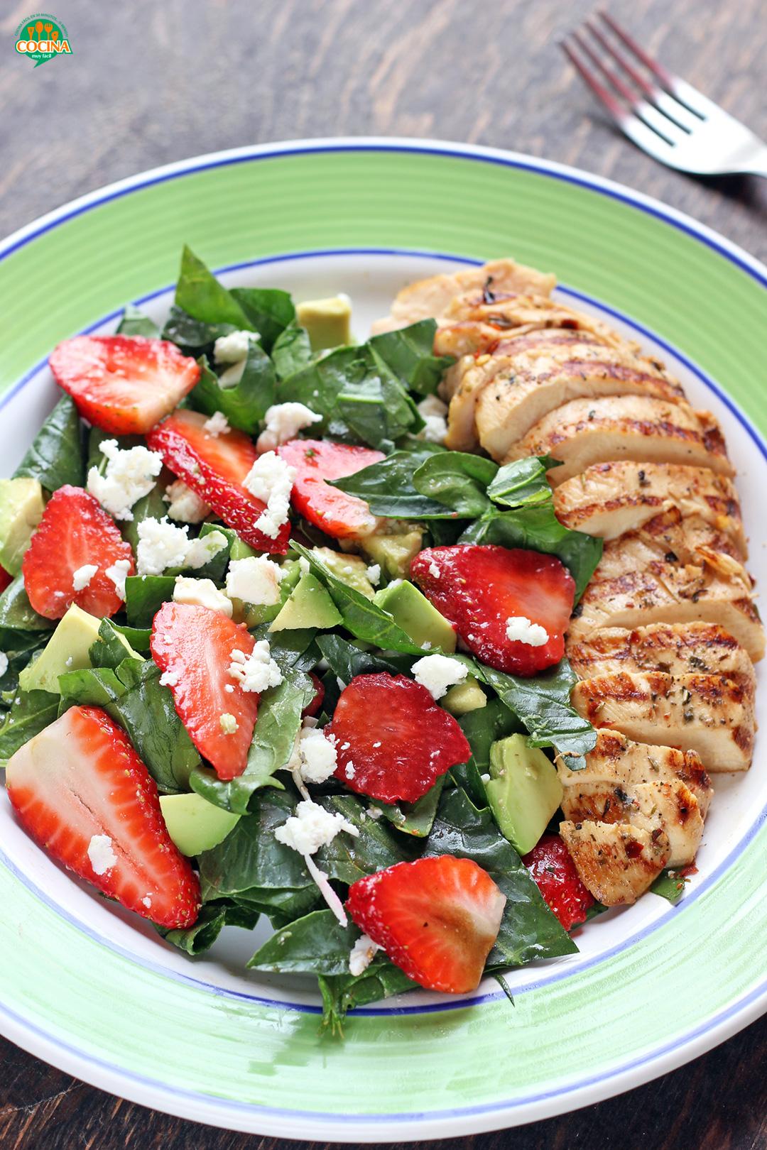 Ensalada de fresas y espinacas con pollo a la parrilla. Receta   cocinamuyfacil.com